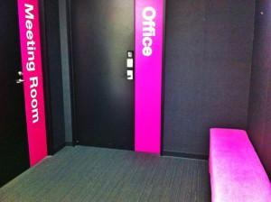 (Officeが職場。Meeting Roomは面接以来足を踏み入れておらず。)