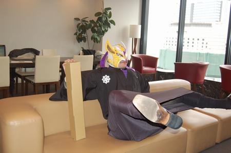 お茶出さなかったら、なぜかこんな変な座り方に…orz
