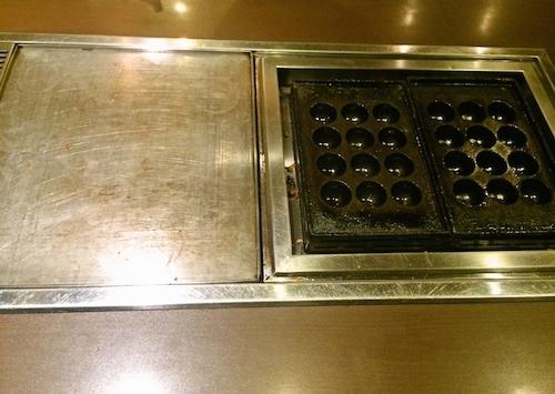 平たい鉄板と、たこ焼き用の鉄板