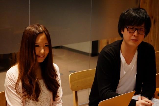今回のCMを担当した株式会社アカツキ Global Growth Guildシニアマネージャーの立山早さん(左)と千メモのディレクターの藤田真也さん(右)