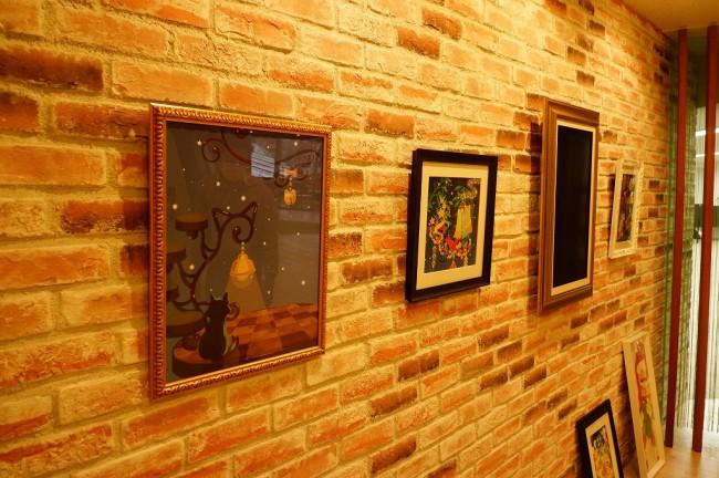 壁には『ポケコロ』で使用されたイラストが飾られています。