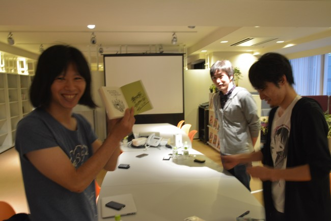 本にサインしてもらってにっこりのレビュアー、高野氏