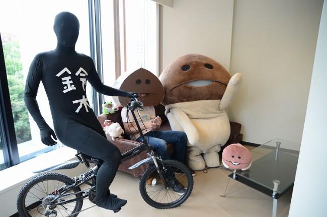 チャリ走・鈴木、なめこの広報担当・ダンボールなめこ氏、なめこが編集部に襲来!