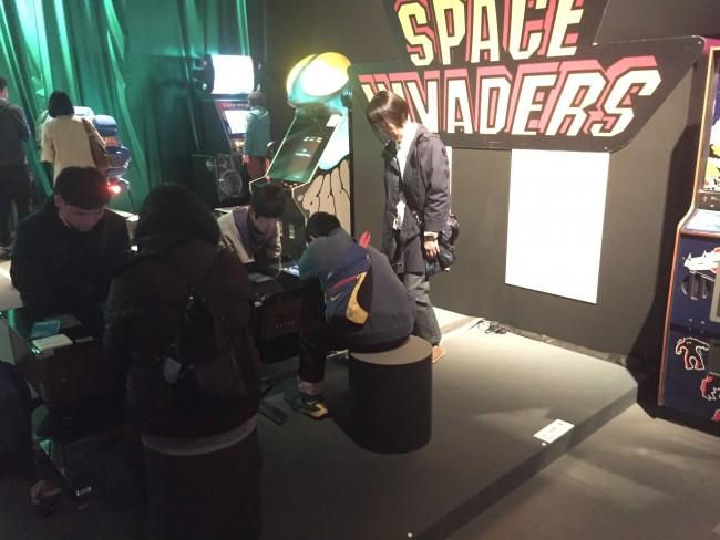 スペースインベーダーに興じる少年(と大人)たち! ここは2016年!