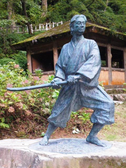 一乗滝にある佐々木小次郎像 画像出典:https://ja.wikipedia.org/wiki/佐々木小次郎