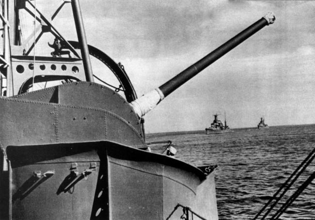 1939-1942年 12cm単装高角砲 後方は古鷹と衣笠 画像出典:https://ja.wikipedia.org/wiki/加古_(重巡洋艦)