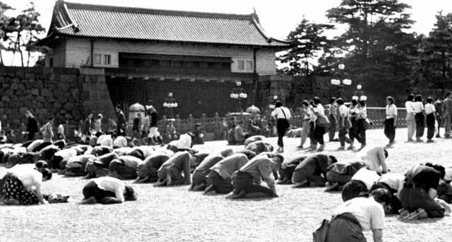 玉音放送を聴き、泣き崩れる国民 画像出典:http://ironna.jp/article/1855